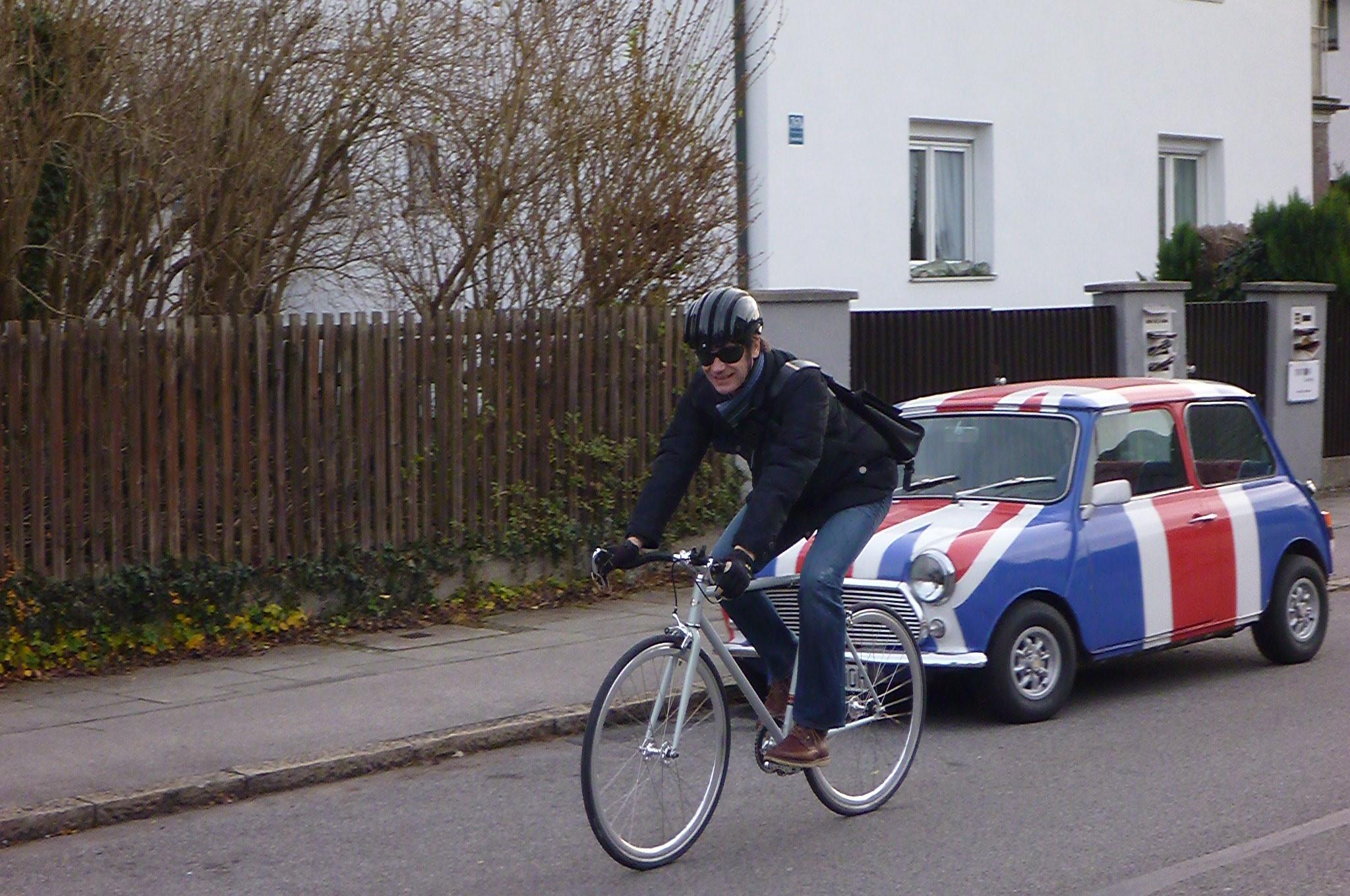 Cooper Bike vor Mini Cooper
